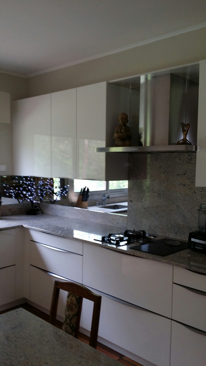 Cuisine en laque et granit par cuisine design Toulouse