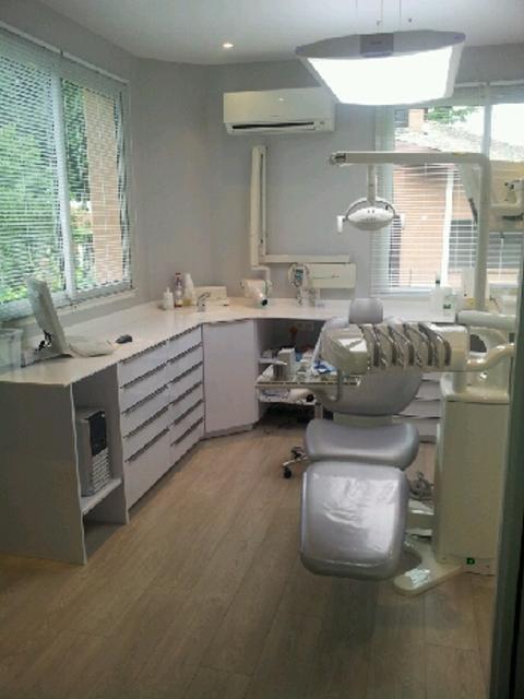 agencement cabinet dentaire sur mesure Toulouse avec angle et plan de travail en corian