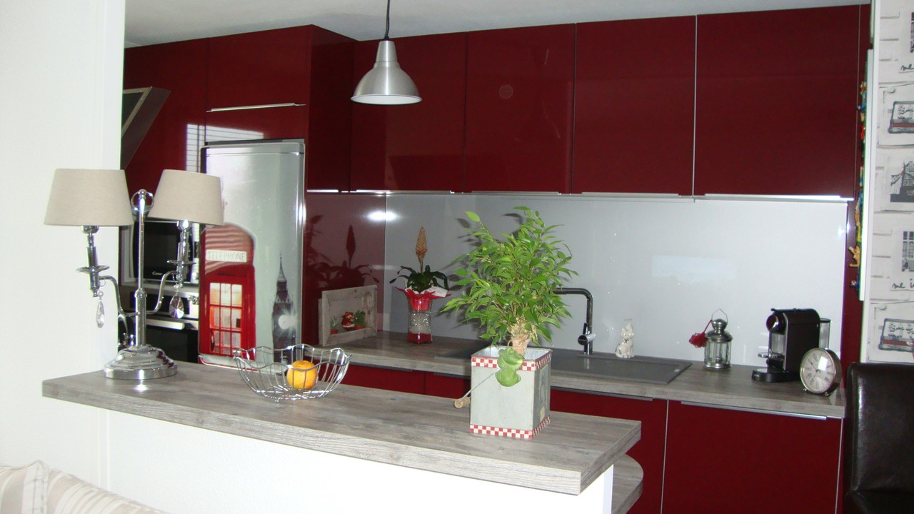 cuisine design rouge vue depuis la salle à manger