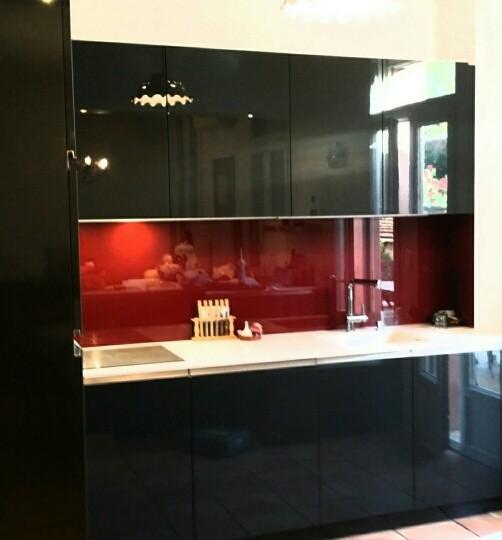 crédence en verre rouge