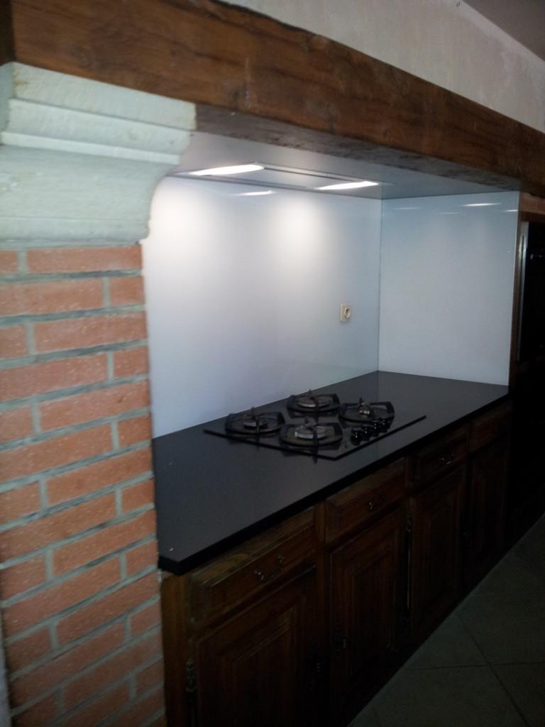 plan de travail en silestone et crédence en verre sécurit derrière la plaque cuisiniste toulouse cuisin design