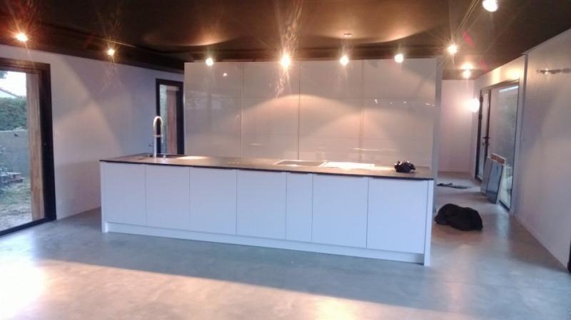 cuisine ilot en laque mate et poignées profilées par Cuisine interieur design Toulouse