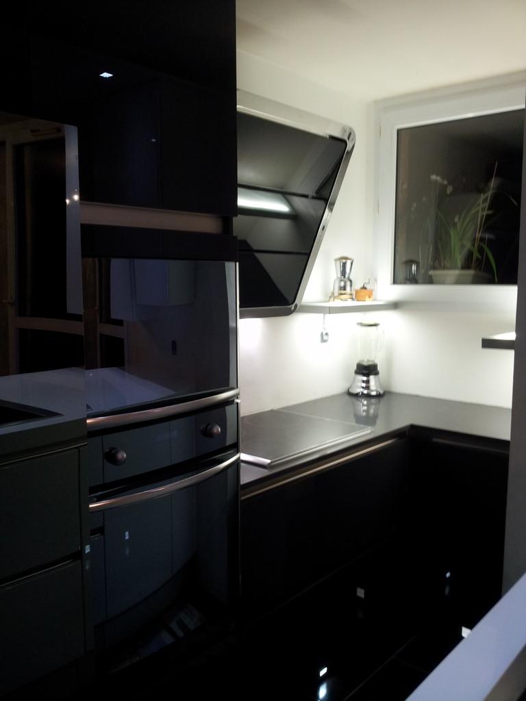 plan de cuisson et Hotte inclinée Roblin par Cuisine interieur design Toulouse
