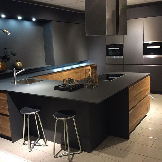 cuisine noire et bois style industriel par Cuis'in Design Toulouse