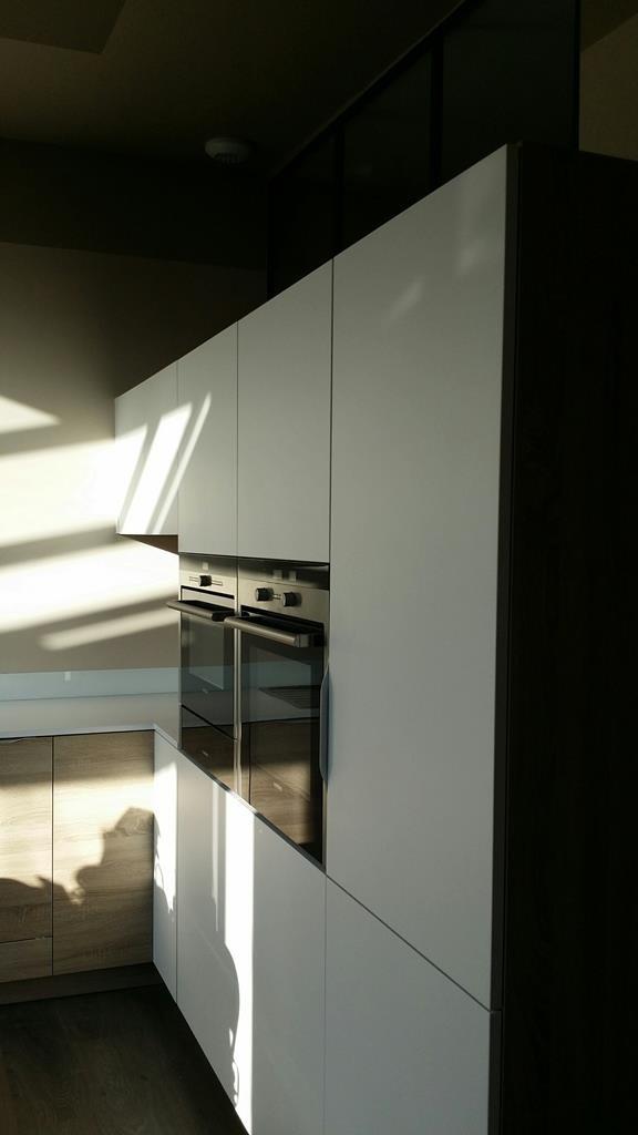 cuisine avec armoires fours et frigo