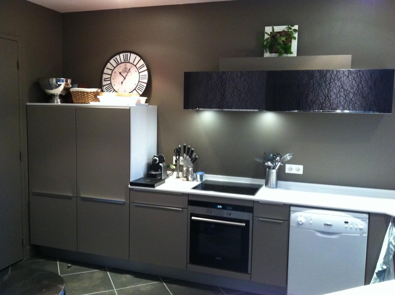cuisine en laque et meubles hauts en verre cuisine design