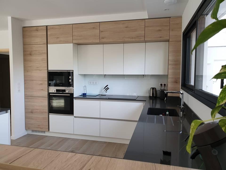 cuisine intérieur design toulouse sans poignée blanche et bois avec îlot coin repas et cave à vin moderne tendance contemporain épuré cuisine équipée plan de travail silestone