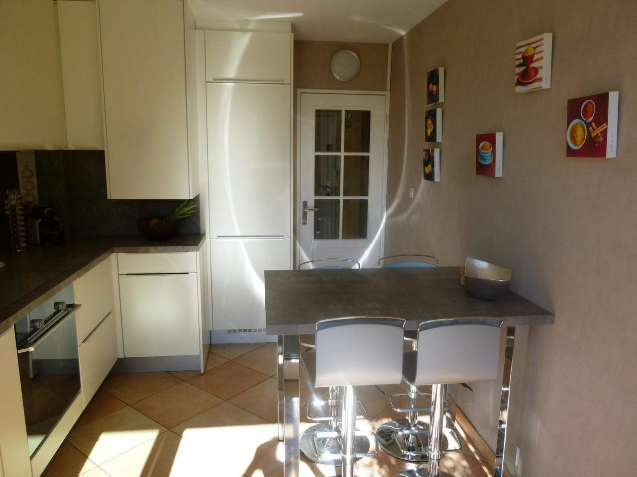 tout est intégré dans un espace réduit par Cuisine interieur design Toulouse