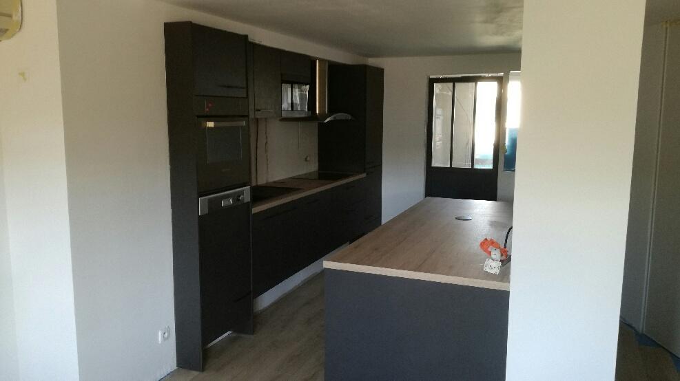 cuisine anthracite et bois  avec ilot  refonte complète d'un appartement Toulouse minimes par cuisine design Toulouse