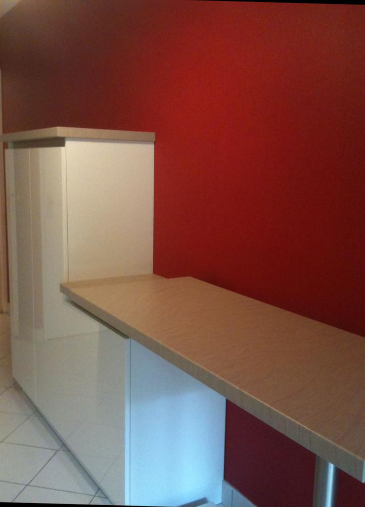 cuisine avec table mobile sur le mur opposé cuisine design toulouse