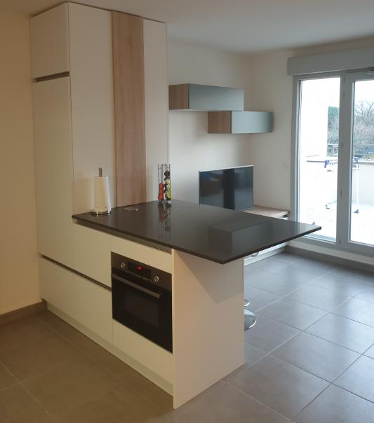 cuisine intérieur design à toulouse, îlot central laque mate blanche plan de travail en granit noir continuité du living en blanc bois et bleu