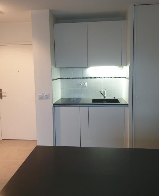 cuisine intérieur design à toulouse côté évier sans poignée laque mate blanche plan de travail en granit noir