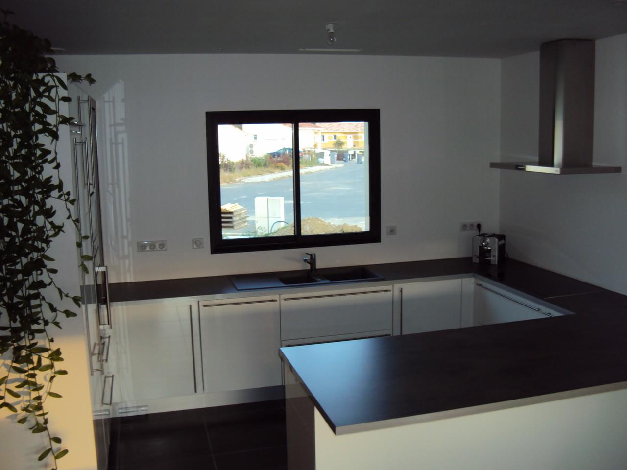vue d'ensemble cuisine avec îlot cuisine design