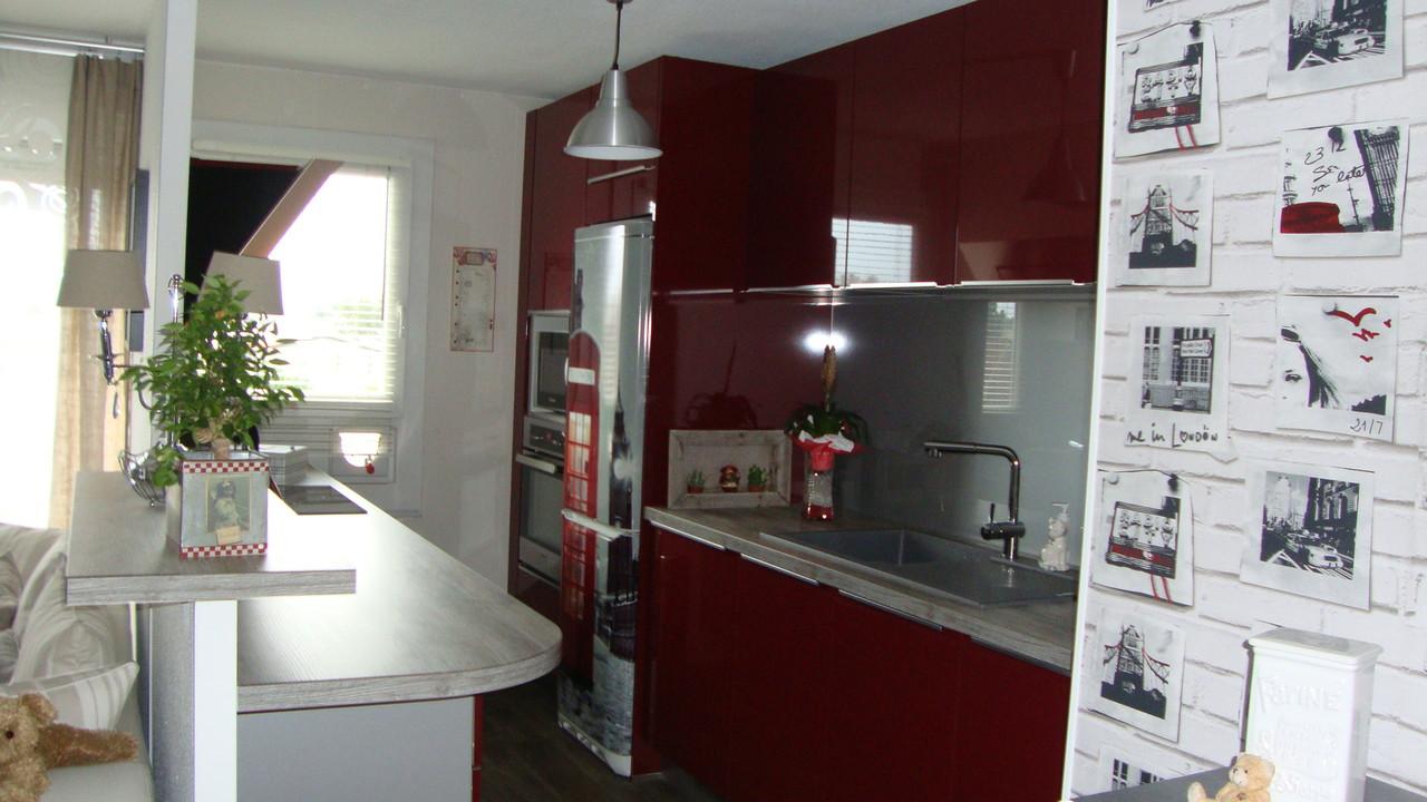 cuisine design rouge ou le frigo a été intégré grâce à un film so british