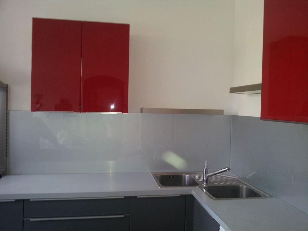 cuisine complétée  par meubles hauts crédences et étagères et terminée cuisine design