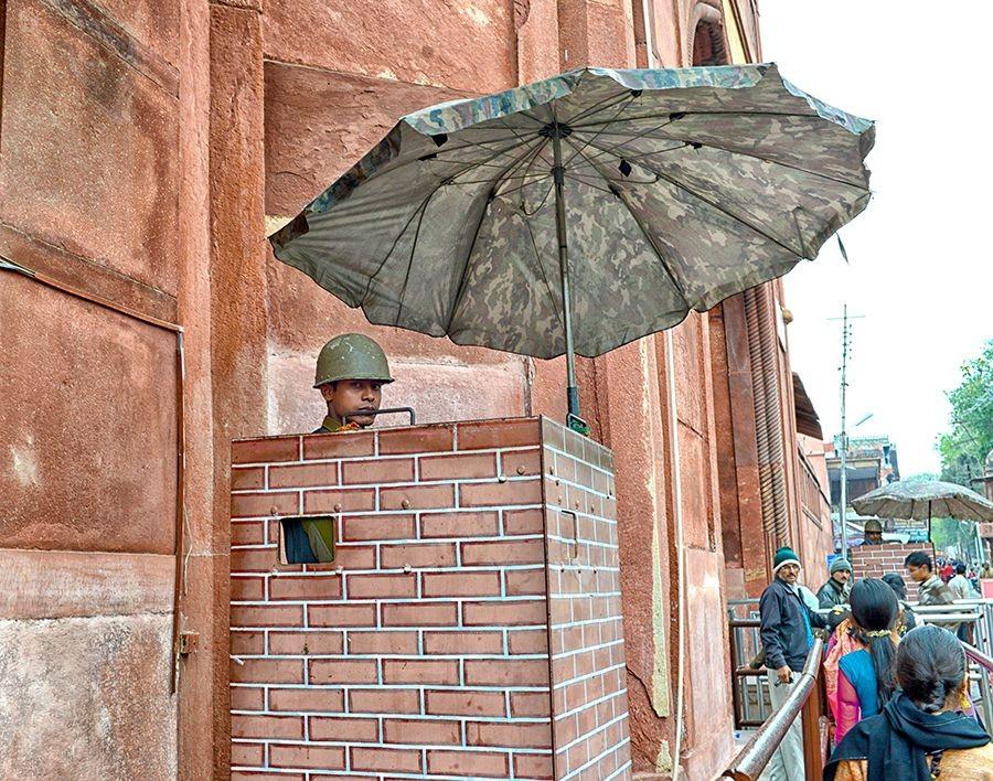 der Eingang zm Taj Mahal ist streng bewacht