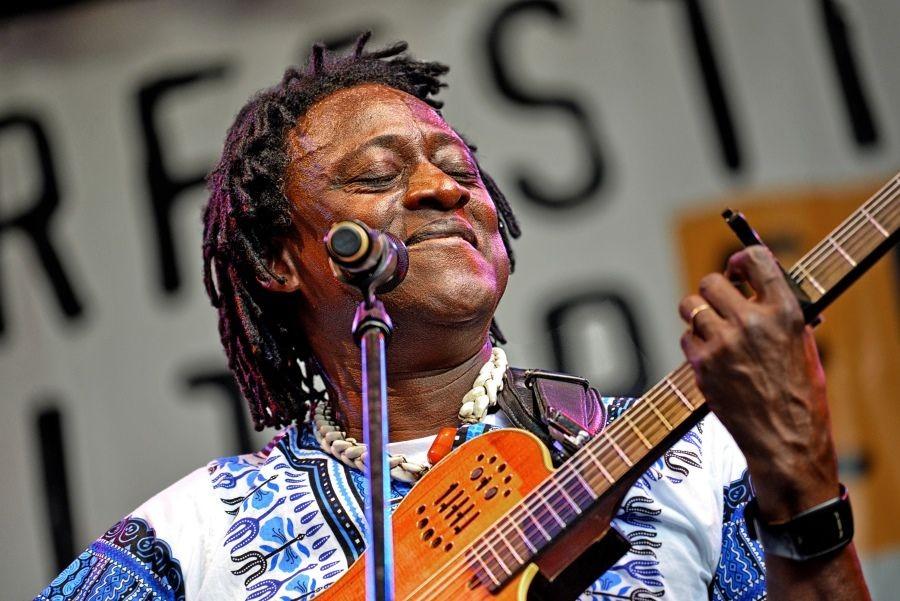 Habib Koité ; malischer Musiker, der in Bamako, der Hauptstadt Malis lebt. Er ist ein bekannter Musiker, Gitarrist und Sänger.