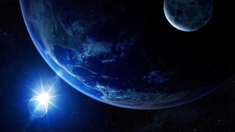 Крошечная Луна на фоне огромной Земли в ледяном космосе.