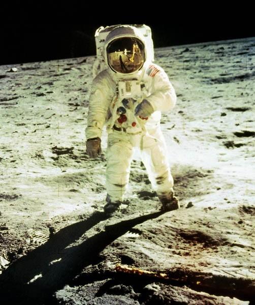 Космонавт на луне.