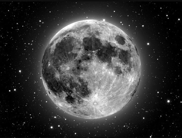 Фото луны в звездном небе.