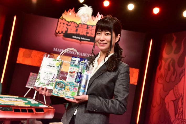 優勝しアース製薬提供の賞品を手にする水口。