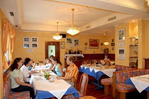 Im Restaurant gibt es Familientische, Einzeltische für ein romantisches Essen zu Zwei oder Gruppen.