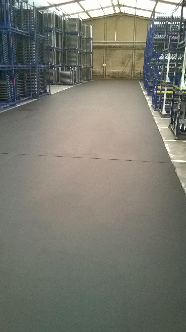 Anti-Rutschfarbe auf Hallenboden
