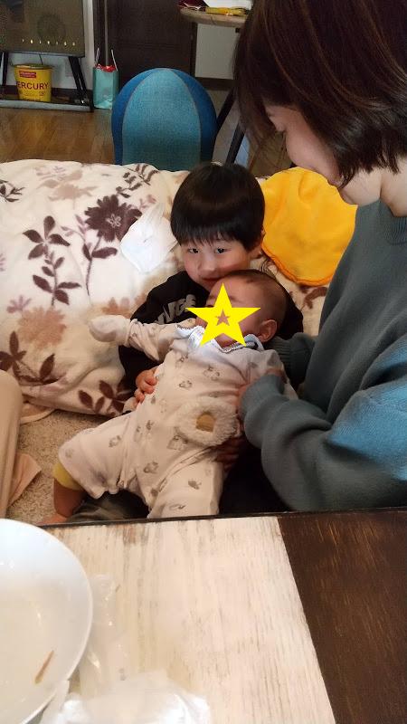 赤ちゃんを抱っこする次男の写真