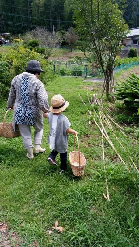 畑に向かう子供とお祖母ちゃん