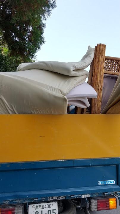 パンパンに積み込んだトラックの写真