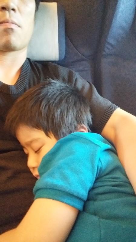 ぐっすり眠る子供の写真