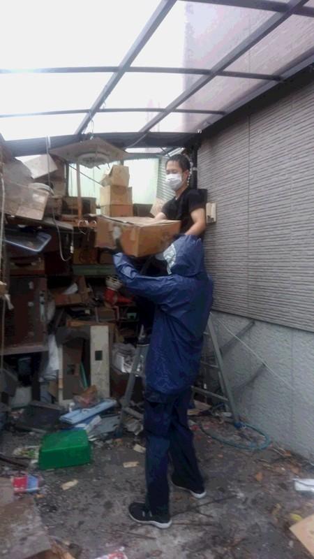 ごみ屋敷不用品回収作業中の写真