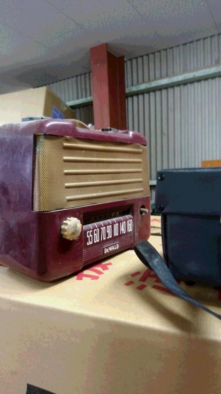 古いラジオの処分品写真