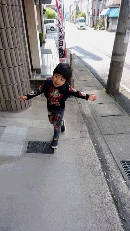 喜んだ子供の写真