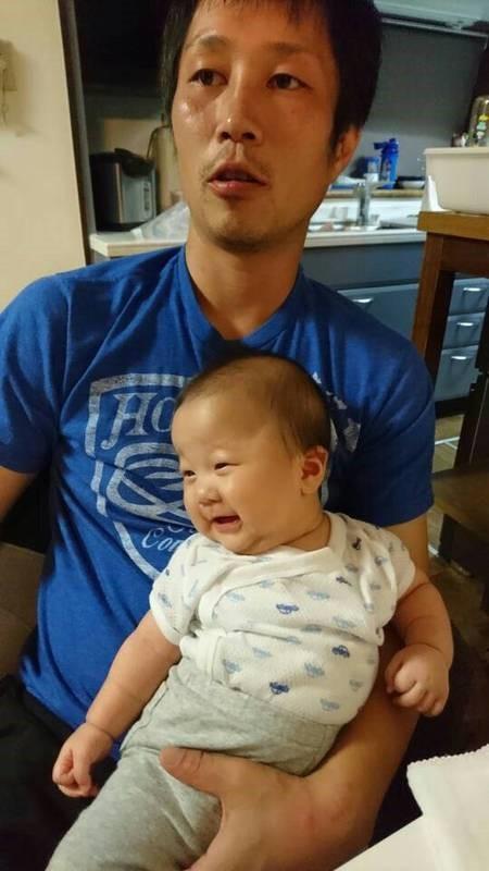 不用品のエイトの社長と赤ちゃんの写真