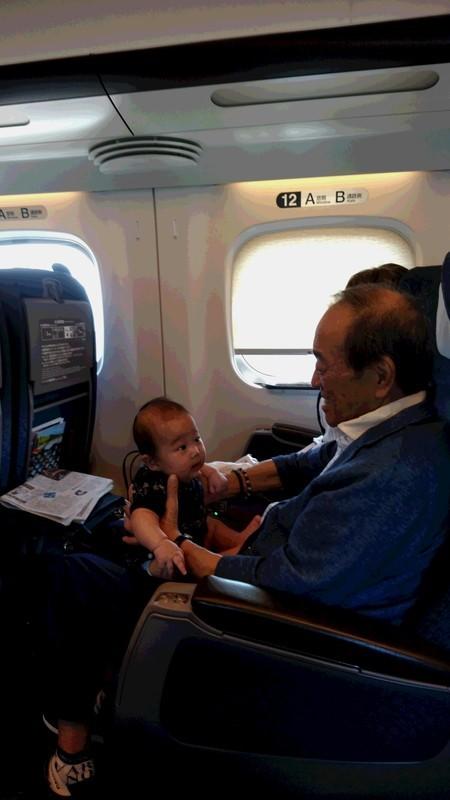初めて新幹線に乗る赤ちゃん