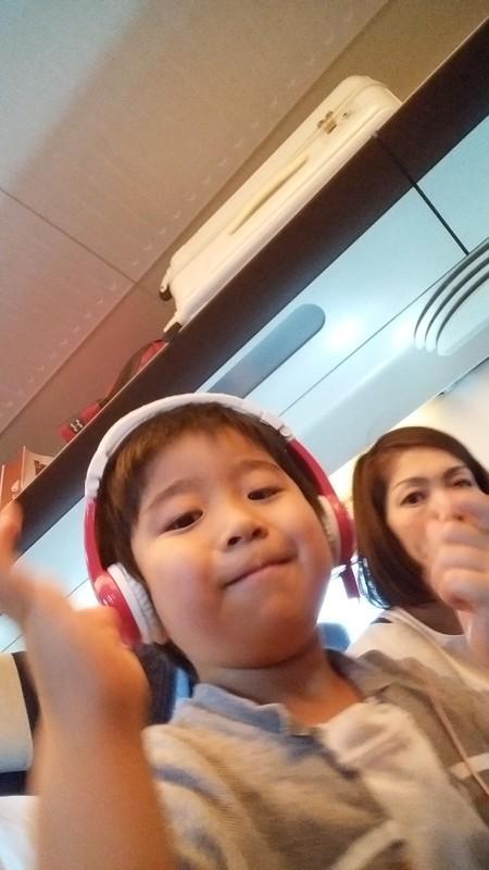 新幹線に乗る子供の写真