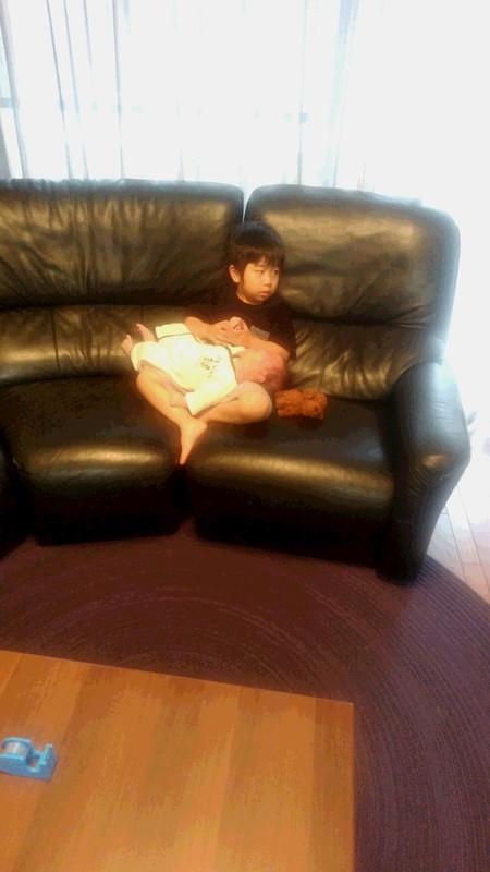弟を抱っこするお兄ちゃんの写真
