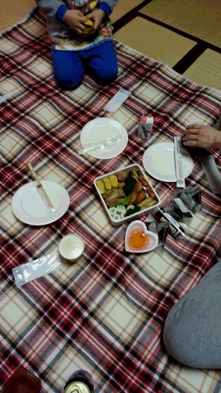 家の中でピクニックする写真