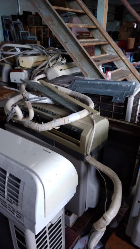 不用品回収で溜まったエアコン写真