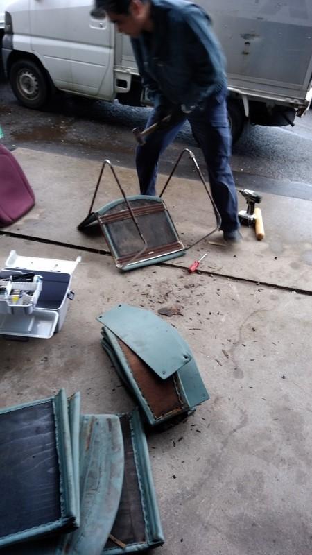 不用品回収した物を分別している写真