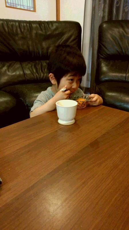 デザートを食べる子供の写真