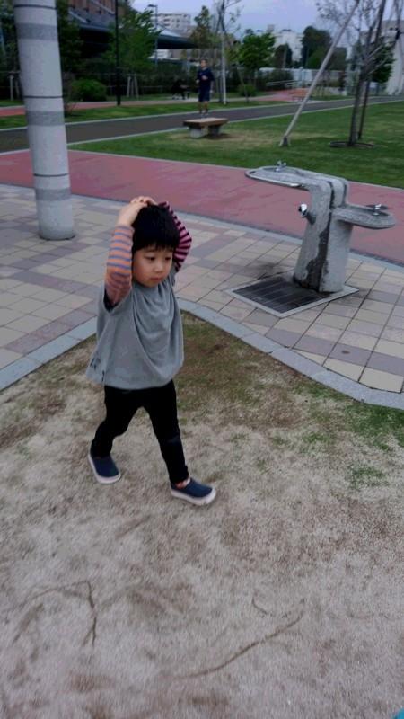 公園で遊ぶ子供の写真