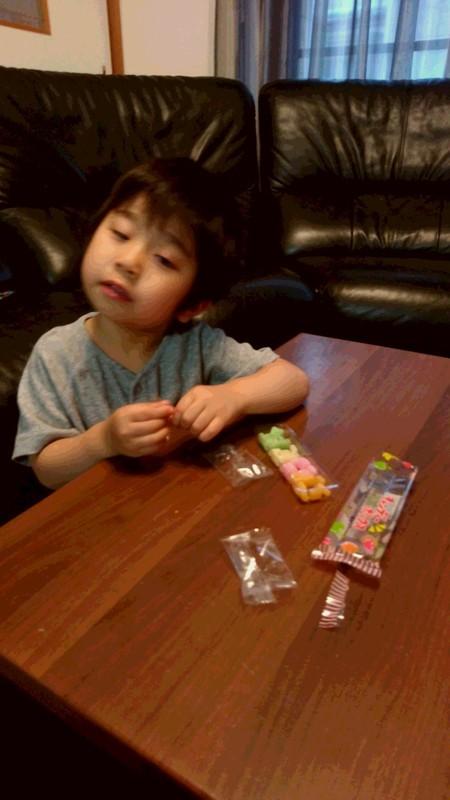 駄菓子を食べてる子供の写真
