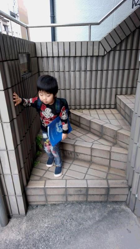 回覧板を持った子供の写真