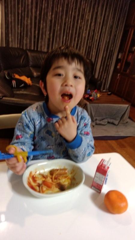 おいしそうにご飯を食べる子供の写真