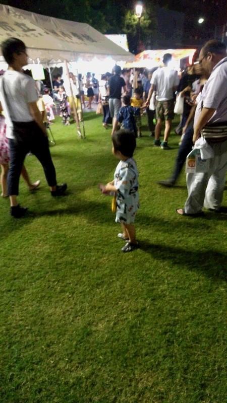 お祭りを楽しむ子供の写真