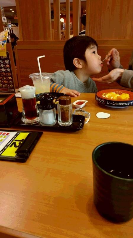 ご飯を食べる子供の写真