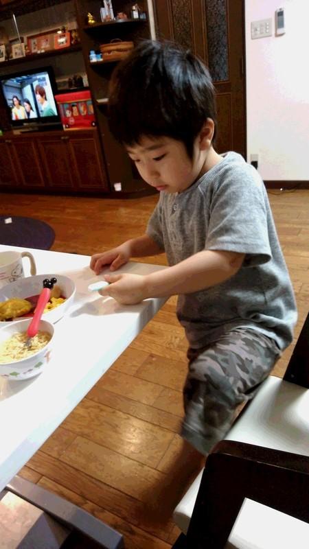 朝ごはんを食べる子供の写真
