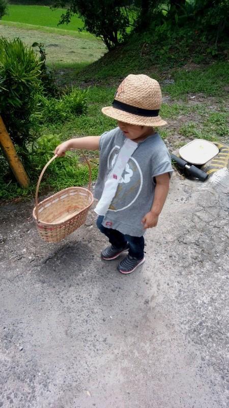 麦わら帽子をかぶった子供の写真